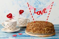 Gâteau de fête avec un amour épatant sur un fond bleu Photographie stock libre de droits