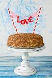Gâteau de fête avec un amour épatant sur un fond bleu Image stock