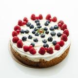 Gâteau de fête de baies, fond blanc Image libre de droits