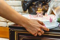 Gâteau de fête pendant dix-huit années avec des bougies Plan rapproch? photos libres de droits