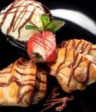 Gâteau de fantaisie avec la crême glacée Images libres de droits