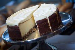 Gâteau de fantaisie avec le glaçage à l'affichage de café images libres de droits