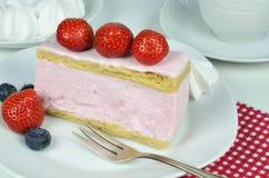 Gâteau de fantaisie de fraise et crème fouettée Photographie stock