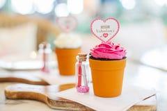 Gâteau de fleur de Valentine comme la fleur dans le pot Photographie stock