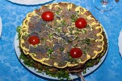 Gâteau de foie décoré des tranches de tomates-cerises photographie stock