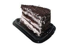 Gâteau de Forêt-Noire avec du chocolat et la crème blanche sur le support en plastique noir de disposition photos stock