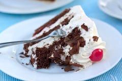 Gâteau de forêt noire, ou secteur de cerise avec de la crème Image stock