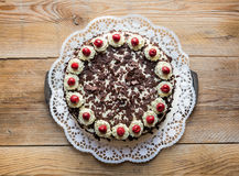 Gâteau de forêt noire sur le bois rustique Photo stock
