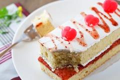 Gâteau de fraise avec des sucreries de coeur Images libres de droits