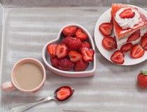 Gâteau de fraise avec du café Photo libre de droits