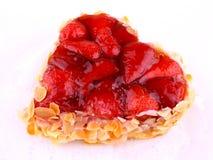 Gâteau de fraise avec l'amande dans la forme de coeur Photo libre de droits