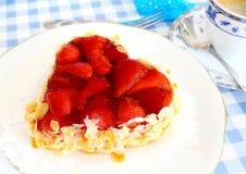 Gâteau de fraise avec l'amande dans la forme de coeur avec du café Image libre de droits