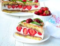 Gâteau de fraise avec la banane et le chocolat Photographie stock libre de droits