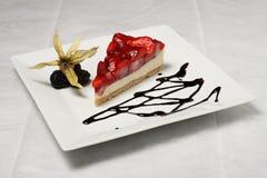 Gâteau de fraise avec la framboise Images stock
