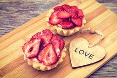 Gâteau de fraise avec le coeur en bois Images libres de droits