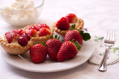 Gâteau de fraise avec les fraises entières photo libre de droits