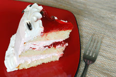 Gâteau de fraise d'une plaque rouge Image libre de droits