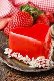 Gâteau de fraise dans la forme de coeur, symbole de l'amour Images libres de droits