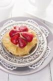 Gâteau de fraise du plat argenté Photo stock