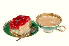 Gâteau de fraise et cuvette de café Photographie stock libre de droits