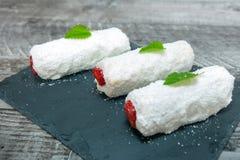 Gâteau de fraise et de noix de coco photos stock