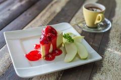 Gâteau de fraise et une tasse de café Images stock