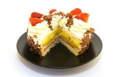 Gâteau de fraise la part étant coupée Photos stock