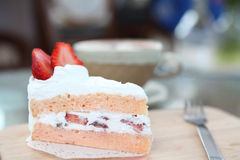 Gâteau de fraise sur le bois Photographie stock libre de droits
