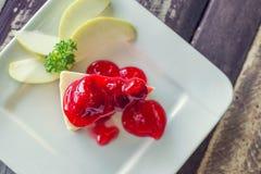 Gâteau de fraise sur le fond en bois Photographie stock