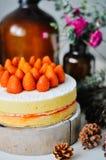 Gâteau de fraise sur le support en bois supérieur Images libres de droits