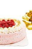 Gâteau de framboise avec la bande d'or Photo stock