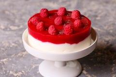Gâteau de framboise avec la gelée de baie Photos stock