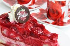 Gâteau de framboise avec les tasses de café rouges Image stock