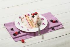 gâteau de Framboise-crème avec des framboises et des myrtilles Images stock