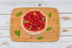 Gâteau de framboise décoré des feuilles en bon état Image libre de droits