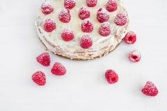 Gâteau de framboise sur un bureau blanc Image stock