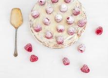 Gâteau de framboise sur un bureau blanc Photo libre de droits