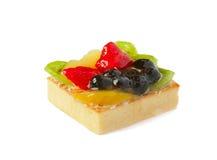 Gâteau de fruit au-dessus du fond blanc Photographie stock libre de droits