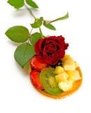 Gâteau de fruit avec _2 rose photo libre de droits
