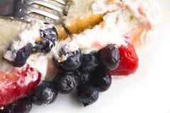 Gâteau de fruit avec des fraises et des myrtilles en crème douce Photographie stock libre de droits