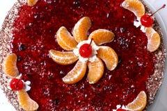Gâteau de fruit avec la cerise de désert Photographie stock libre de droits