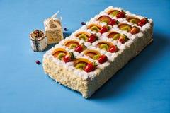 Gâteau de fruit avec la fraise photos stock