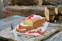 Gâteau de fruit avec la groseille rouge et l'amande sur une table de jardin Images stock