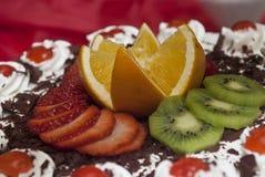 Gâteau de fruit avec le kiwi, l'orange et le chocolat Image stock