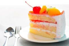 Gâteau de fruit délicieux, écrimage de gâteau de vanille avec le fruit décoré Photo libre de droits