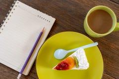 Gâteau de fruit d'un plat vert image libre de droits
