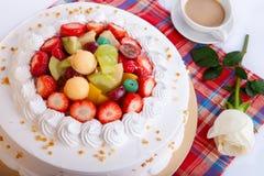Gâteau de fruit dans la table Photographie stock