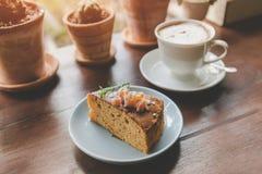 Gâteau de fruit dans le service de coupe de pause-café photo stock