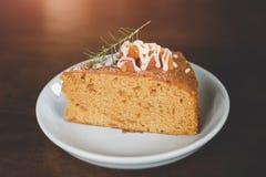 Gâteau de fruit dans le service de coupe de pause-café image stock
