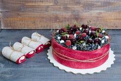 Gâteau de fruit de biscuit de mariage de Rose avec des baies et un certain vert Photo stock